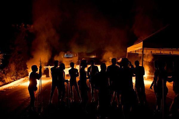 دور جهان در قاب تصاویر؛ کوشش برای مهار آتش سوزی مهیب با یک سطل آب