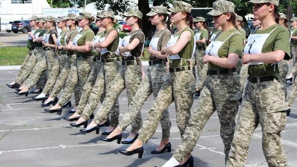 جنجال رژه سربازان زن ارتش اوکراین با کفش پاشنه بلند